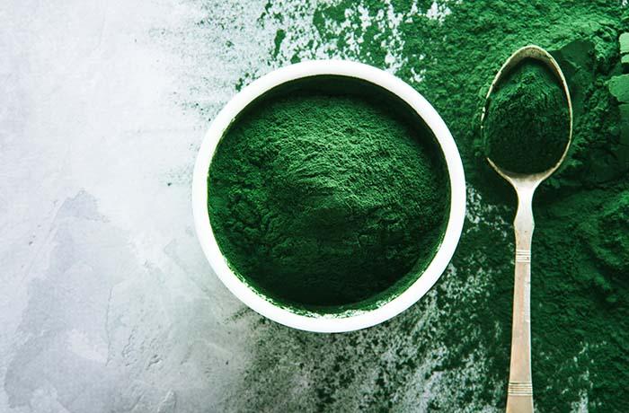 Ложка спирулины-водоросли-суперфуд