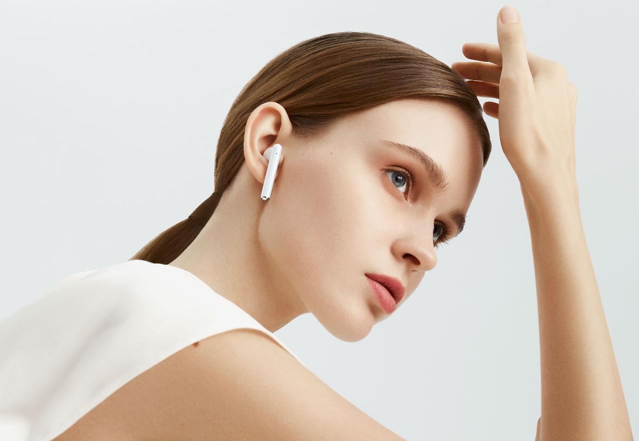 Обзор наушников Huawei FreeBuds 3 - девушка с наушниками Huawei
