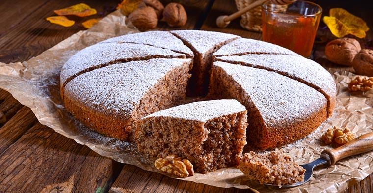 Ореховый торт с сахарной пудрой