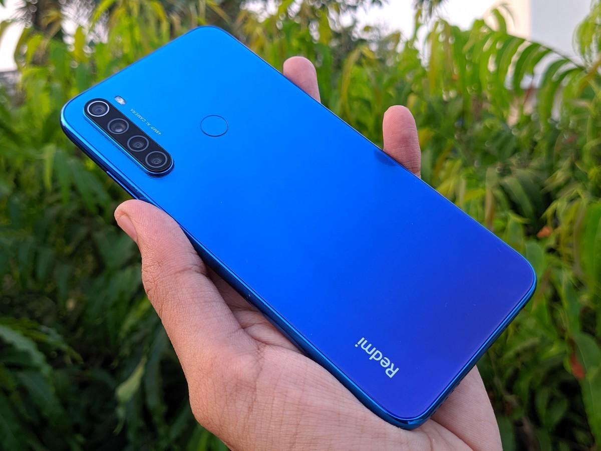 Смартфоны из Китая. Лидеры продаж на конец 2019 года - redmi note 8 в руке