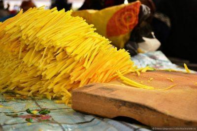 Нарізання жовтої моркви для плову