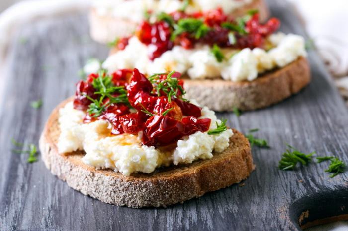 вялеными помидорами и сыром