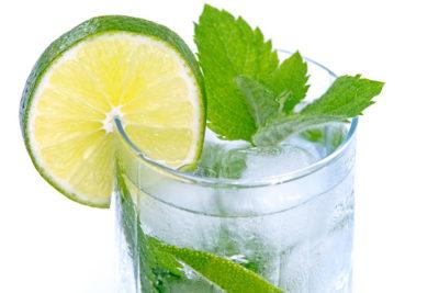 Напій з лимона з м'ятою