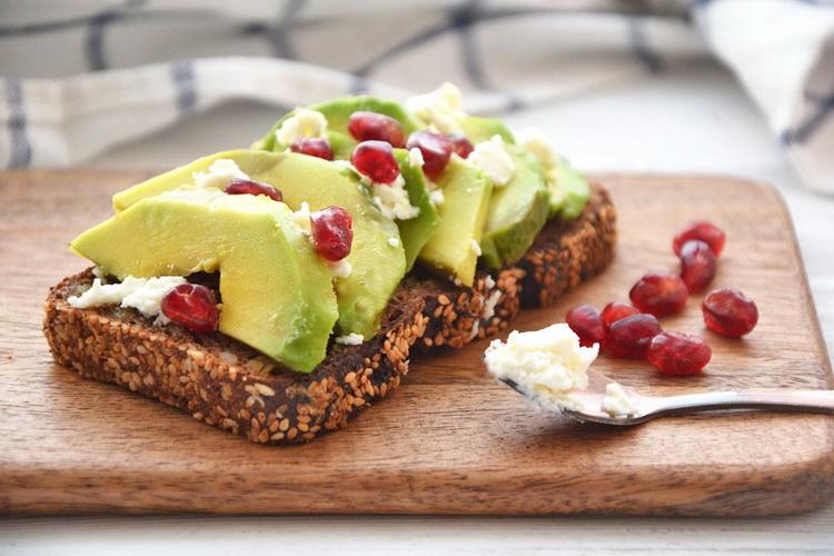 Тост с фета и авокадо-на завтрак
