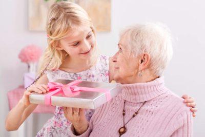 що купити бабусі на день народження