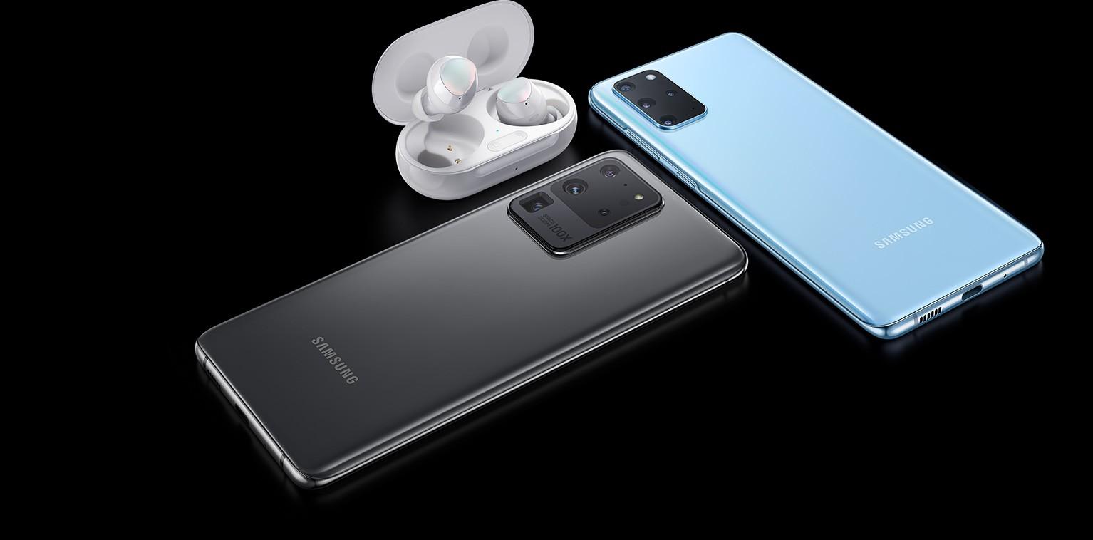 Новые Samsung Galaxy Buds+_какие изменения - наушники рядом со смартфонами
