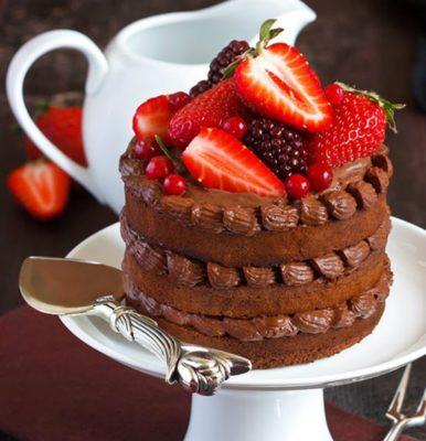 Торт прикрашений полуницею