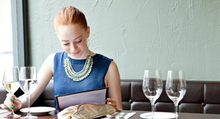 Элегантная женщина в ресторане