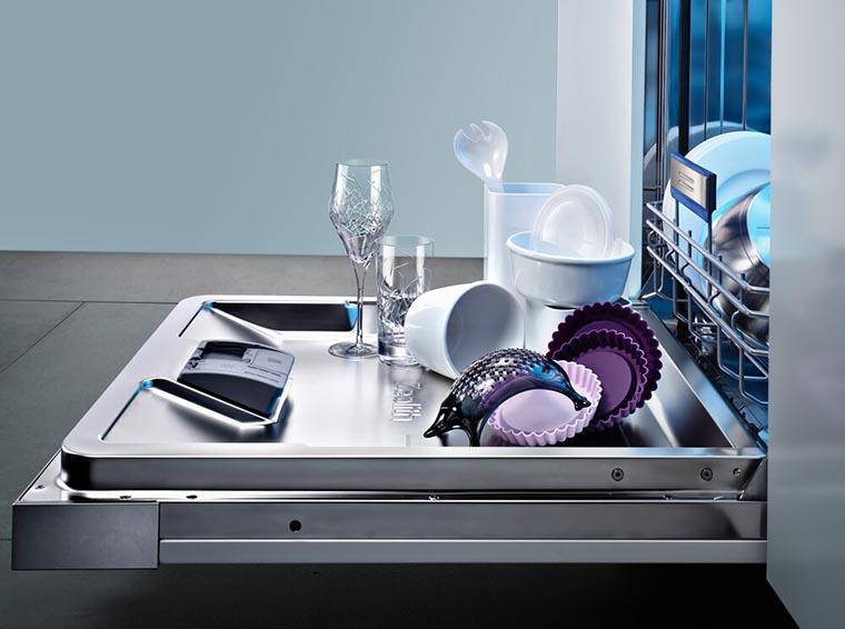 Посуда на дверце посудомойки