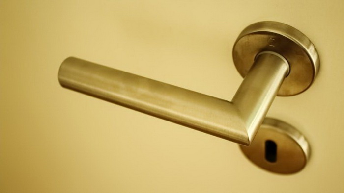 Дверная ручка-металл
