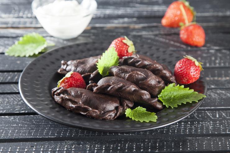 Шоколадные вареники-с клубникой подача