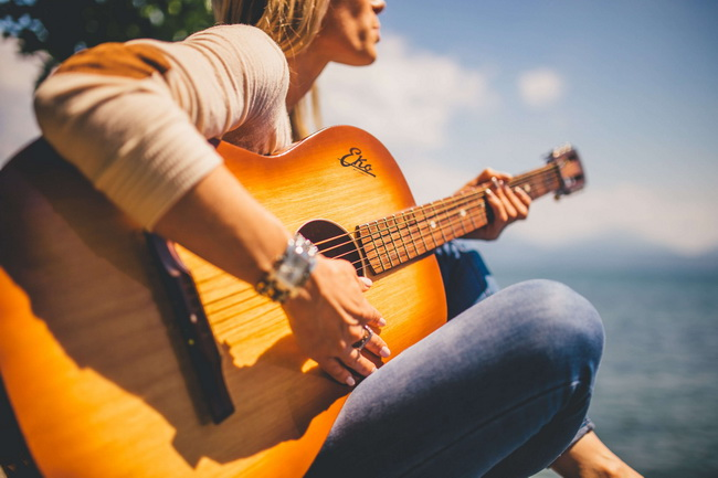 Игра на гитаре-лето