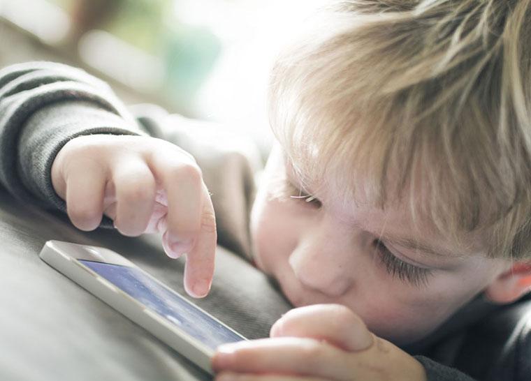 Ребенок со смартфоном