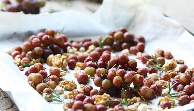 Запеченный розовый виноград-подача