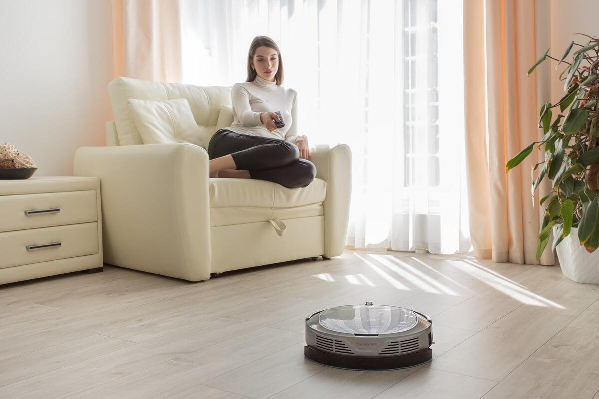 Робот-пылесос в комнате