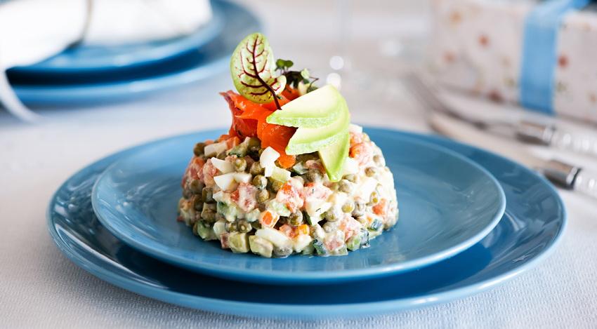 Оливье-авокадо и лосось