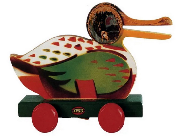 Лего-утка-первые деревянные игрушки компании.