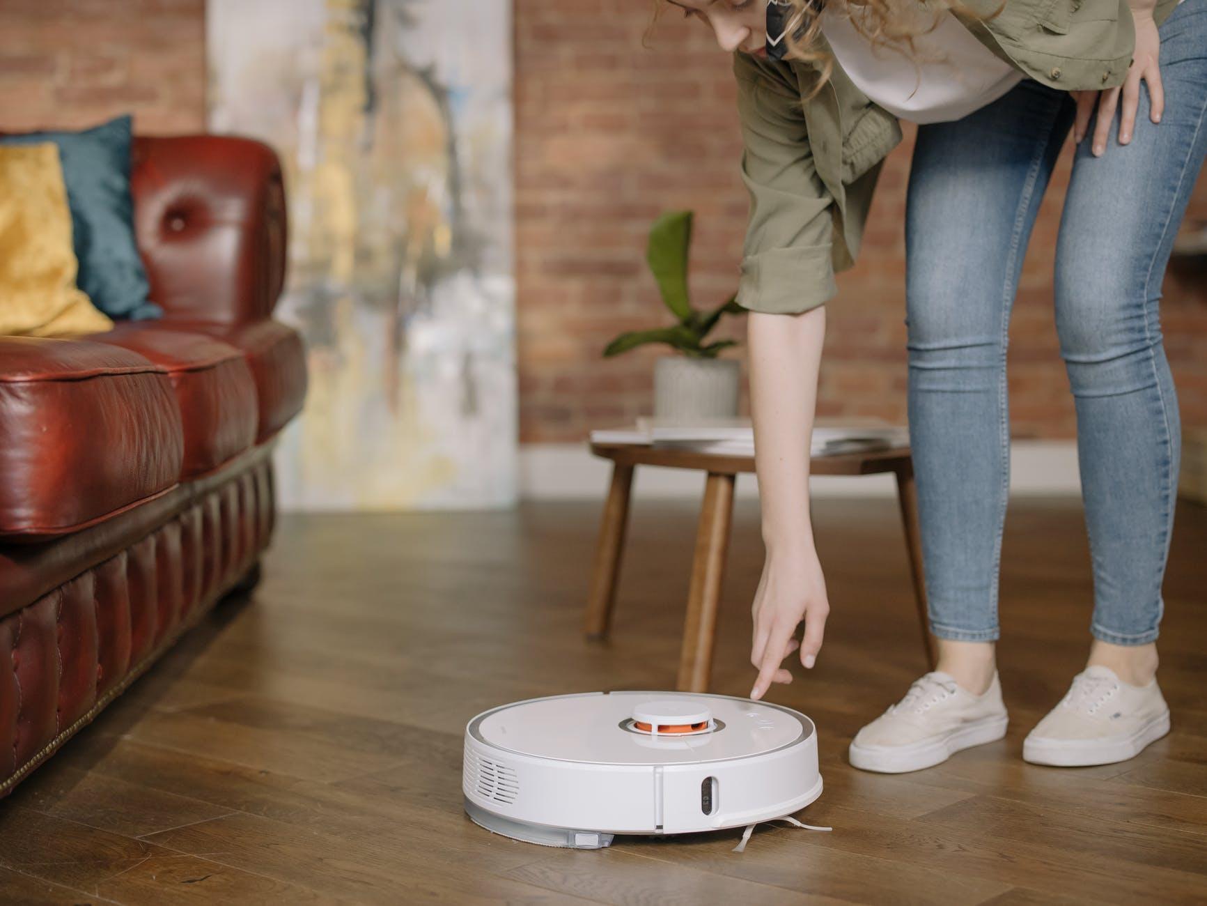 робот-пылесос на полу