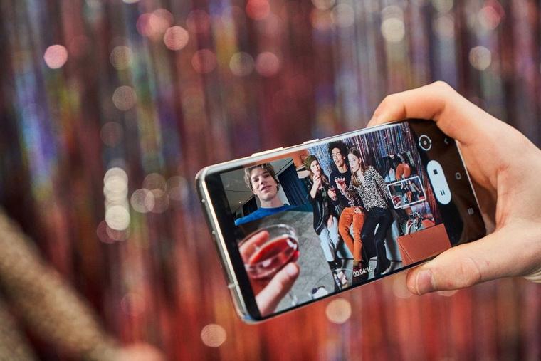 Samsung Galaxy S21 Ultra-смартфон в руках