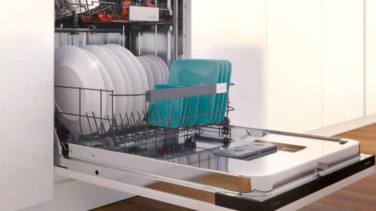 тарелки в посудомойке