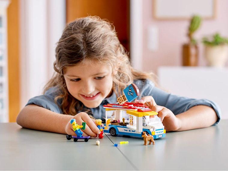 Ребенок с конструктором