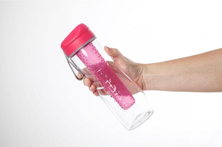 Бутылка Sistema в руке