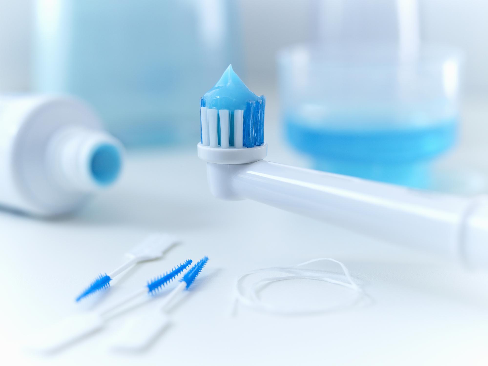 зубная щётка с пастой