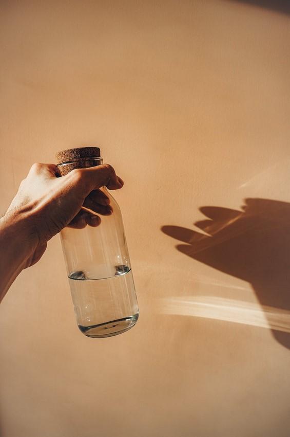 Бутылка воды-стекло.