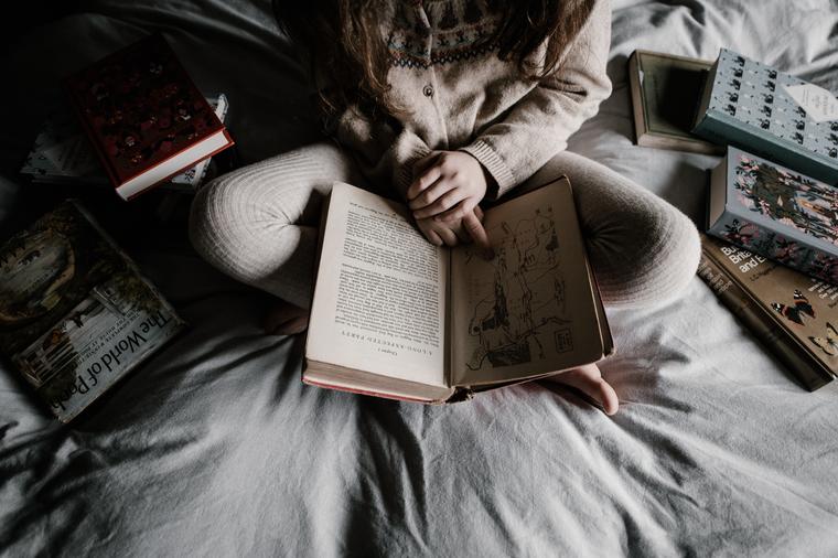 Читать несколько книг одновременно полезно — при чтении литературы разных жанров задействуется весь мозг, чтобы правильно обработать полученную информацию