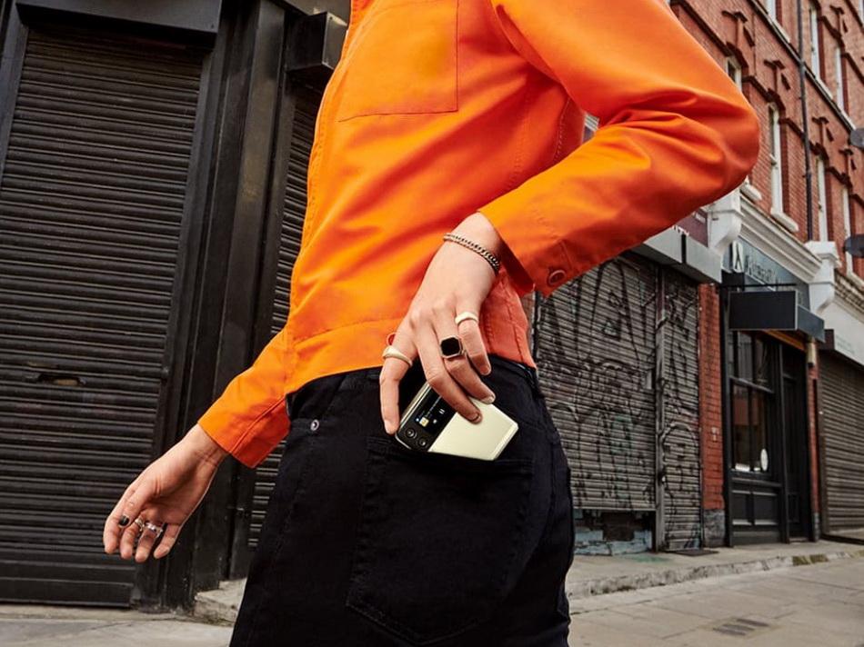Samsung Galaxy Z Flip 3-смартфон в кармане.