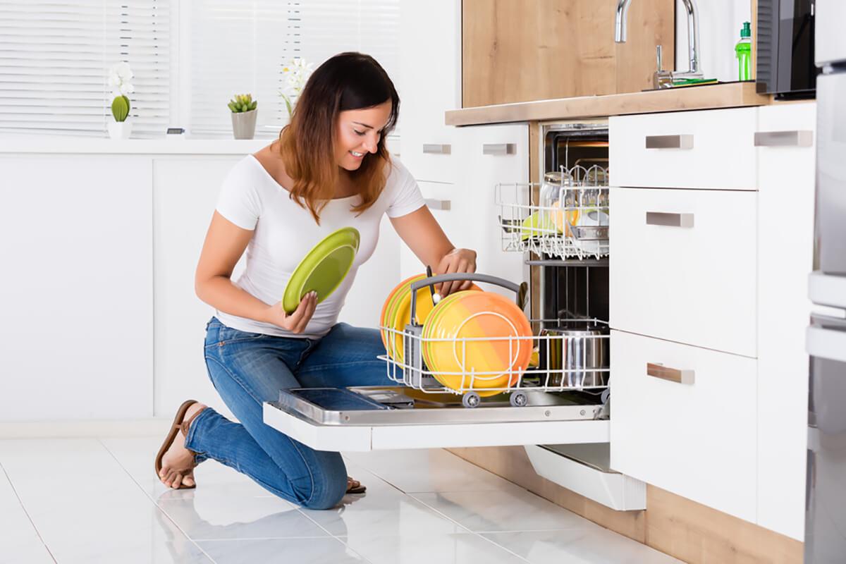 Загружаем посудомоечную машину